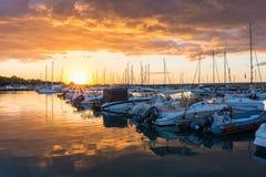 Nascer do sol bonito com nuvens de ameaça e um sol vermelho Imagens de Stock Royalty Free