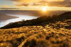 Nascer do sol bonito da cabana de Luxmore, trilha de Kepler Fotos de Stock Royalty Free