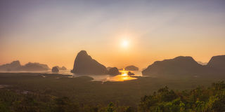 Nascer do sol bonito do meio da ilha Fotografia de Stock