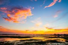 Nascer do sol bonito e nuvens dramáticas no céu Foto de Stock
