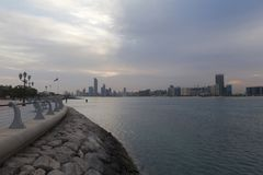 Nascer do sol bonito em Abu Dhabi, Emiratos Árabes Unidos fotografia de stock royalty free