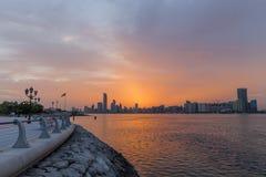 Nascer do sol bonito em Abu Dhabi, Emiratos Árabes Unidos fotografia de stock