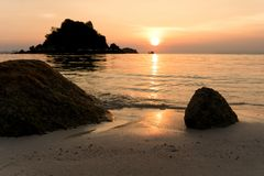 Nascer do sol bonito em Koh Lipe Beach Thailand, férias de verão fotos de stock royalty free