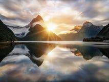 Nascer do sol bonito em Milford Sound, Nova Zelândia Foto de Stock
