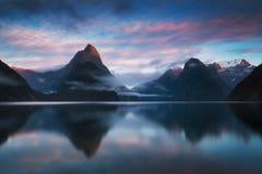 Nascer do sol bonito em Milford Sound, Nova Zelândia O pico da mitra é o marco icônico de Milford Sound no parque nacional de Fio imagem de stock