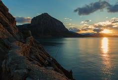 Nascer do sol bonito na baía azul perto da vila Novyi Svit crimeia Imagens de Stock