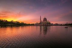 Nascer do sol bonito na mesquita de Putrajaya Imagens de Stock Royalty Free