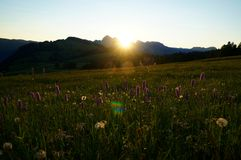 Nascer do sol bonito na paisagem idílico do cume Fotos de Stock Royalty Free