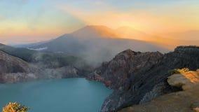 Nascer do sol bonito na parte superior do vulcão Kawah Ijen, East Java, Indonésia vídeos de arquivo