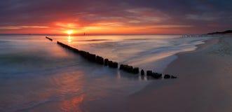 Nascer do sol bonito na praia Báltico Fotos de Stock Royalty Free