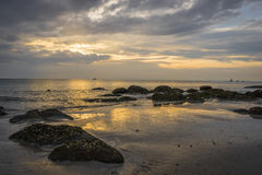 Nascer do sol bonito na praia de Hua Hin Fotos de Stock
