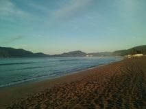 Nascer do sol bonito na praia imagem de stock