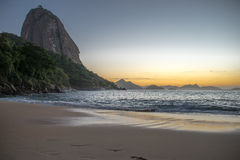 Nascer do sol bonito na praia vermelha, Praia Vermelha, com a montanha de Sugarloaf, Rio de janeiro Foto de Stock