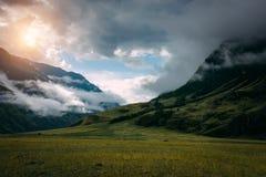 Nascer do sol bonito nas montanhas com n?voa branca abaixo Manhã enevoada na montanha, Altai, Rússia Uma paisagem nevoenta com cé foto de stock