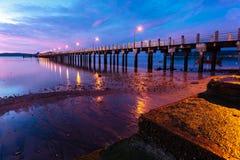 Nascer do sol bonito no cais do mar Imagem de Stock