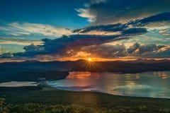 Nascer do sol bonito no golfo de Vladimir Foto de Stock