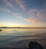 Nascer do sol bonito no mar na praia selvagem Fotos de Stock Royalty Free