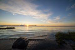 Nascer do sol bonito no mar na praia selvagem Imagem de Stock Royalty Free