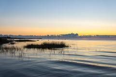 Nascer do sol bonito no mar na praia selvagem Fotografia de Stock
