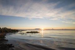 Nascer do sol bonito no mar na praia selvagem Imagens de Stock