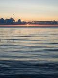 Nascer do sol bonito no mar na praia selvagem Imagens de Stock Royalty Free