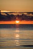 Nascer do sol bonito no mar na praia selvagem Fotos de Stock