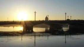 Nascer do sol bonito perto da ponte do aviso, no centro de St Petersburg filme