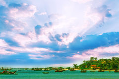 Nascer do sol bonito, praia tropical, água do oceano de turquesa Foto de Stock