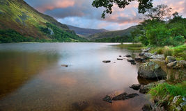 Nascer do sol bonito sobre Llyn Gwynant em Snowdonia Fotografia de Stock Royalty Free