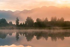Nascer do sol bonito sobre o lago da água de Matheson com fundo da montanha do Fox Foto de Stock Royalty Free