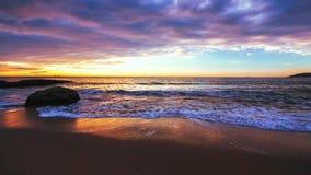 Nascer do sol bonito sobre o mar video estoque