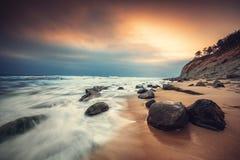 Nascer do sol bonito sobre o mar imagens de stock