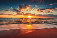 Nascer do sol bonito sobre o mar Fundo do papel de parede fotos de stock