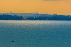 Nascer do sol bonito sobre o mar na manhã no dia nebuloso que o sol irradia a ruptura através das nuvens Sun que irradia-se atrav Imagem de Stock Royalty Free
