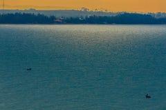 Nascer do sol bonito sobre o mar na manhã no dia nebuloso que o sol irradia a ruptura através das nuvens Sun que irradia-se atrav Fotografia de Stock