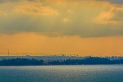 Nascer do sol bonito sobre o mar na manhã no dia nebuloso que o sol irradia a ruptura através das nuvens Sun que irradia-se atrav Fotos de Stock Royalty Free
