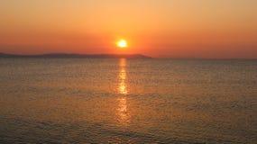 Nascer do sol bonito sobre o mar Nea Vrasna, Grécia Imagens de Stock Royalty Free