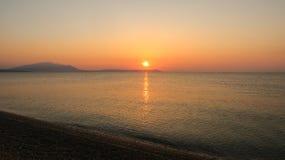 Nascer do sol bonito sobre o mar Nea Vrasna, Grécia Fotos de Stock