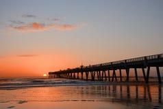 Nascer do sol bonito sobre o oceano e o cais Fotografia de Stock