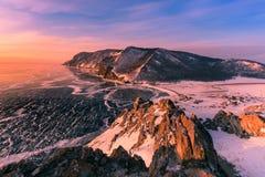 Nascer do sol bonito sobre a opinião aérea do lago da água de Baikal Olkhon Rússia imagens de stock royalty free