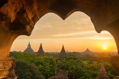 Nascer do sol bonito sobre os pagodes antigos em Bagan fotografia de stock