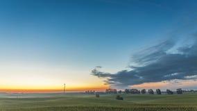 Nascer do sol bonito sobre um moinho de vento no verão, timelapse, 4K video estoque