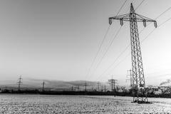 Nascer do sol branco do por do sol do preto da neve da paisagem da torre da energia elétrica do inverno Fotografia de Stock Royalty Free