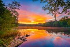 Nascer do sol brilhante em um lago Imagens de Stock Royalty Free