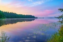 Nascer do sol brilhante em um lago Foto de Stock Royalty Free