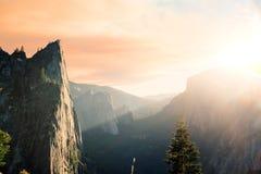 Nascer do sol brilhante nas montanhas Fotos de Stock Royalty Free