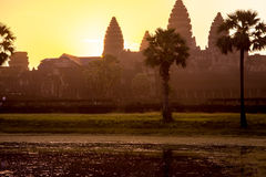Nascer do sol brilhante sobre Angkor Wat Towers Foto de Stock Royalty Free