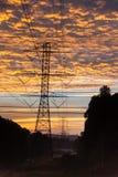 Nascer do sol brilhante sobre as linhas elétricas vastas em Geórgia fotos de stock