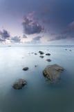 Nascer do sol calmo no belitung da praia do lalang Imagem de Stock Royalty Free
