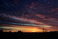 Nascer do sol colorido do amanhecer com céu nebuloso fotografia de stock royalty free